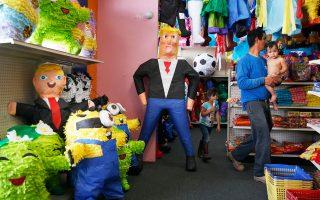 Μεξικανικά παιχνίδια «πινιάτα» με τη μορφή του Ντόναλντ Τραμπ, τα οποία τα παιδιά σπάζουν με ραβδιά, πωλούνται σε κατάστημα παιχνιδιών ισπανόφωνου στο Λας Βέγκας.
