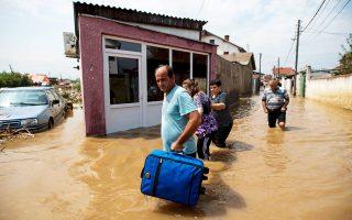 Με μεγάλη προσοχή εγκαταλείπουν τις πλημμυρισμένες κατοικίες τους οι κάτοικοι του Σταϊκόφτσι.