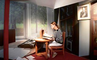 Η Βέρα Σέροβα, εγγονή του Σερόφ, μελετά κάποια από τα έγγραφα που βρέθηκαν στην ντάτσα του παππού της και ρίχνουν φως σε ένα από τα μεγαλύτερα μυστήρια του Β΄ Παγκοσμίου Πολέμου.