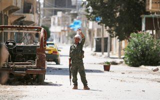 Ανδρας των Συριακών Δημοκρατικών Δυνάμεων ελέγχει δρόμο στη Μανμπίτζ.