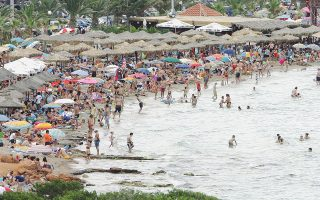 Στην παραλία της Βουλιαγμένης φτάνουν από νωρίς το πρωί, με τα πούλμαν, Αθηναίοι όλων των ηλικιών και από όλες τις περιοχές, ακόμη και από το Κολωνάκι.
