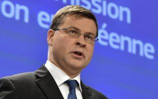 «Ακολουθώντας τις συστάσεις της Κομισιόν, οι υπουργοί Οικονομικών της Ε.Ε. αποφάσισαν να ακυρώσουν τα χρηματικά πρόστιμα για την Ισπανία και την Πορτογαλία. Επιβεβαίωσαν επίσης τη νέα πορεία δημοσιονομικής προσαρμογής για τις δύο χώρες», δήλωσε ο αντιπρόεδρος Βάλντις Ντομπρόβσκις, αρμόδιος για το ευρώ και τον κοινωνικό διάλογο.