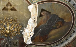 Ο ιστορικός ναός του Αγίου Νικολάου στο Ναύπλιο υπέστη σοβαρές ζημιές μετά τις πρόσφατες καλοκαιρινές καταιγίδες στην περιοχή. Τμήμα της στέγης κατέρρευσε και οι εσωτερικές ρηγματώσεις στις τοιχογραφίες του 19ου αιώνα έγιναν βαθύτερες. Ο ναός, ο οποίος βρίσκεται στο κέντρο της πόλεως, έχει κλείσει για το κοινό και έχει περιφραχθεί περιμετρικά προς αποφυγήν ατυχήματος έως ότου επισκευαστούν οι ζημιές. Βρίσκεται στην ίδια θέση με προγενέστερο ναό, που είχε ανεγερθεί στο τέλος της δεύτερης ενετοκρατίας του Ναυπλίου, το 1713. Νεότερος ναός στην ίδια θέση, με μορφή βασιλικής, εγκαινιάστηκε το 1836. Η σημερινή εξωτερική μορφή χρονολογείται από το 1932.