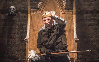 Αν και σοφιστικέ, ο Ριχάρδος του Ρέιφ Φάινς, σε σκηνοθεσία του Ρούπερτ Γκουλντ, μυρίζει αίμα και απελπισία. Η παραγωγή του θεάτρου «Αλμέιντα», ενταγμένη στις εκδηλώσεις για τα 400 χρόνια από τον θάνατο του Σαίξπηρ, παρουσιάστηκε πρόσφατα (11-13 Αυγούστου) στην Κροατία, στο Ulysses Theatre.