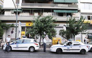Οι δράστες εισέβαλαν στις 2.15 μ.μ. στο υποκατάστημα της Πειραιώς στους Αμπελοκήπους, επί της λεωφόρου Κηφισίας 63, και κράτησαν για δύο ώρες ομήρους οκτώ υπαλλήλους και πέντε πελάτες.