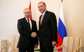 Συνάντηση υψηλού συμβολισμού, με το βλέμμα προς τη Δύση. Αγέλαστος, ο Ρώσος πρόεδρος Βλαντιμίρ Πούτιν υποδέχθηκε χθες τον Τούρκο ομόλογό του Ρετζέπ Ταγίπ Ερντογάν στην Αγία Πετρούπολη, σε μια επίσκεψη που υπογραμμίζει την προσέγγιση των δύο χωρών μετά το αποτυχημένο πραξικόπημα στην Τουρκία. Ο Ερντογάν εξέφρασε ευγνωμοσύνη για τη στάση της Ρωσίας υπέρ του κατά το πραξικόπημα, ενώ ο Ρώσος πρόεδρος επιδίωξε την αλλαγή της τουρκικής στάσης στο θέμα της Συρίας. Αποφασίστηκε η επανέναρξη κατασκευής του αγωγού Turkish Stream και του πυρηνικού εργοστασίου στο Ακούγιου.