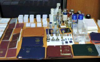 Το πρωί της 1ης Αυγούστου αποφασίστηκε η σύλληψη του Ρουμάνου στο σπίτι του στην Κυψέλη. Βρέθηκαν κινητά τηλέφωνα, ταξιδιωτικά έγγραφα αμφίβολης γνησιότητας, φορητοί υπολογιστές, USB, καθώς και πολυμηχανήματα για πλαστογράφηση εγγράφων, όπως σύγχρονοι εκτυπωτές, θερμοκολλητές κ.ά.