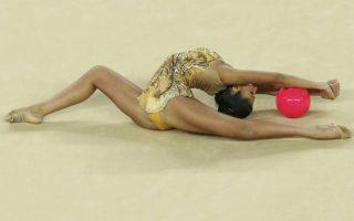 Η Ολυμπιάδα αλλιώς... Νο8. Γυναίκες. Η Ελληνίδα  Βαρβάρα Φίλιου εντυπωσιάζει με τις φιγούρες στην μπάλα. REUTERS/Ruben Sprich