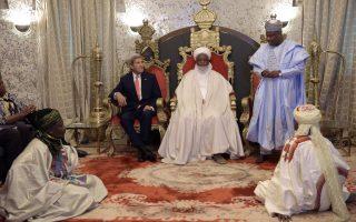 Ένας αποσβολωμένος  Kerry. Αυστηρός, ο Σουλτάνος του Sokoto και Πρόεδρος -Γενικός Γραμματέας του Εθνικού Ανώτατου Συμβουλίου της Νιγηρίας για τις Ισλαμικές Υποθέσεις, περιμένει τον κυβερνήτη  Aminu Tambuwal να τελειώσει. Ο υπουργός Εξωτερικών των ΗΠΑ βρέθηκε στην χώρα αμέσως μετά την επίσκεψή του στην Κένυα και εξήρε τις πρόσφατες στρατιωτικές επιχειρήσεις εναντίον της Boko Haram. Άλλα θέματα στην ατζέντα αποτέλεσαν η καταπολέμηση της διαφθοράς και  ενίσχυση της οικονομίας της χώρας. Ζητήματα που απέφυγαν και οι δυο πλευρές ήταν: αν η χλιδή είναι ποτέ αρκετή και αν ο σωματοφύλακας εκτινάσσεται πιο εύκολα όταν κάθεται στο πάτωμα. AFP / PIUS UTOMI EKPEI