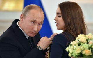 Στο αυτί του Προέδρου. Μετάλλια  στα στήθη, μια αγκαλιά λουλούδια και ένα ακριβό αυτοκίνητο ήταν τα δώρα που προσέφερε ο Ρώσος Πρόεδρος Vladimir Putin στους πολύτιμους Ολυμπιονίκες του. Μόνο εκτός από τα καλά λόγια και την προσφορά, ο φακός σταμάτησε σε δυο στιγμιότυπα ανάμεσα στον πάντα ακμαίο και λατρευτό Putin και την γυμνάστρια Margarita Mamun....  AFP / ALEXANDER NEMENOV