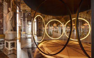 Στην Αίθουσα των Κατόπτρων, η μπαρόκ-ροκοκό διακόσμηση συγχρονίζεται με τους λαμπερούς δακτυλίους, δημιουργώντας –μέσα από διαθλάσεις– συνέχειες, ασυνέχειες και προοπτικές που τείνουν προς το άπειρο. Photo: Anders Sune Berg © Olafur Eliasson