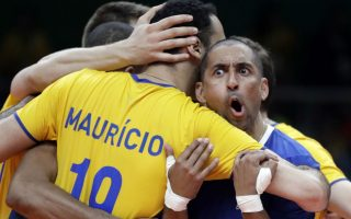 H Ολυμπιάδα αλλιώς... No 3  Κερδίσαμε; Απορεί ο  Sergio Dutra Santos της ομάδας της Βραζιλίας μετά το τέλος του αγώνα βολεί εναντίον του Καναδά. (AP Photo/Jeff Roberson)