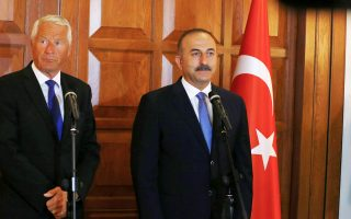 Ο Τούρκος υπουργός Εξωτερικών Μεβλούτ Τσαβούσογλου με τον επικεφαλής του Συμβουλίου της Ευρώπης, Θόρμπιορν Γιάγκλαντ.