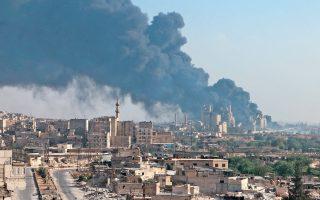 Φλεγόμενη τσιμεντοβιομηχανία στο τμήμα του Χαλεπίου που ελέγχεται από τις κυβερνητικές δυνάμεις. Η δεύτερη μεγαλύτερη πόλη της Συρίας αντιμετωπίζει οξυνόμενη ανθρωπιστική κρίση λόγω των μαχών μεταξύ κυβερνητικών δυνάμεων και ανταρτών. Χθες οι αντάρτες κατήγγειλαν επίθεση με αέριο χλώριο, από την οποία έχασαν τη ζωή τους τέσσερις άνθρωποι. Παρόλο που δεν υπάρχει ανεξάρτητη επιβεβαίωση της καταγγελίας, την τελευταία διετία έχουν τεκμηριωθεί τουλάχιστον εννέα τέτοιες επιθέσεις και από τις δύο πλευρές.