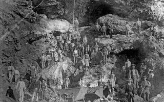 Εργάτες των μεταλλείων της Σερίφου ποζάρουν με τα εργαλεία τους μπροστά σε μια στοά. Φωτογραφία περίπου του 1890. (Από τη συλλογή του Εθνικού Ιστορικού Μουσείου)