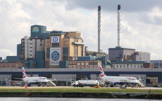 «Σώστε τη ζάχαρή μας», γράφει το πανό στο εργοστάσιο της Tate & Lyle Sugars, στη Σίλβερταουν, μια βιομηχανική περιοχή στην ευρύτερη περιφέρεια του Λονδίνου. Η επιχείρηση ελπίζει σε ένα καλύτερο μέλλον εκτός Ε.Ε.