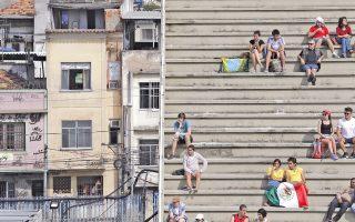 Θεατές παρακολουθούν τους αγώνες τοξοβολίας στο Σαμποδρόμιο. Δίπλα, και σε αντιδιαστολή, ένα τμήμα της πόλης αποκτά τη δική του προσωρινή δημοσιότητα.