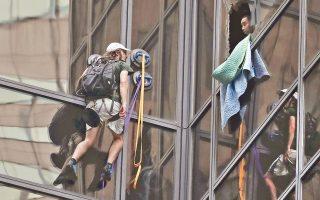 Ανδρα που πραγματοποιούσε αναρρίχηση με βεντούζες στον πύργο Τραμπ της Νέας Υόρκης, με σκοπό να δει από κοντά τον υποψήφιο, συνέλαβε χθες η αστυνομία.