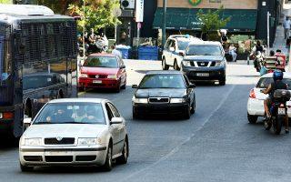 Αυτοκίνητα της Αντιτρομοκρατικής μεταφέρουν τους δύο αντιεξουσιαστές από τη ΓΑΔΑ στο Εφετείο Αθηνών.