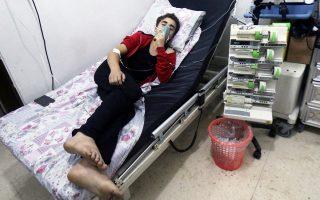 Αμαχος αναπνέει με μάσκα οξυγόνου σε νοσοκομείο, μετά την επίθεση.