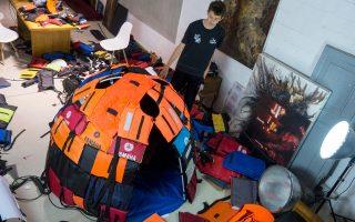 Ο 15χρονος Αχιλλέας Σούρας, ευαισθητοποιημένος από το δράμα των προσφύγων, έφτιαξε από σωσίβια μία σκηνή-σύμβολο που ήδη εκτίθεται σε μουσεία του κόσμου. «Μικροί, μεγάλοι, ας βάλουμε ένα λιθαράκι ανθρωπιάς», λέει στην «Κ».