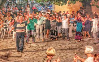 Πανηγύρι στην Κέρκυρα.Λίγοι είναι αυτοί που αντιστέκονται στον πειρασμό να συμμετάσχουν στον παραδοσιακό εορτασμό.