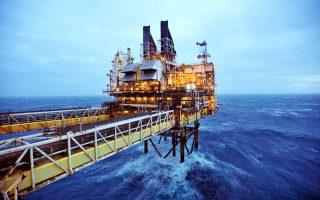 H μεγάλη υποχώρηση των τιμών πετρελαίου τα τελευταία έτη καθιστά οικονομικά μη βιώσιμες την έρευνα και την εκμετάλλευση σε μεγάλα αλλά και μικρότερα βάθη.