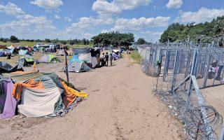 Πρόσφυγες και μετανάστες στα σύνορα Σερβίας - Ουγγαρίας. Οι Ούγγροι τάσσονται υπέρ των κλειστών συνόρων σε ποσοστό 55%, το υψηλότερο στην Ε.Ε.