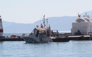 Το ταχύπλοο που έπεσε πάνω στο τουριστικό σκάφος ρυμουλκείται από το Λιμενικό.
