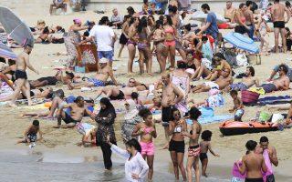 Οι περισσότεροι χαίρονται τον ήλιο και τη θάλασσα φορώντας όσο το δυνατόν λιγότερα, αλλά πολλές μουσουλμάνες, σαν αυτές που εικονίζονται σε πλαζ της Μασσαλίας, επιλέγουν για να απολαύσουν τη θάλασσα το μπουρκίνι, ένα μαγιό που καλύπτει ολόκληρο το σώμα. Στις Κάννες η συγκεκριμένη ενδυματολογική επιλογή απαγορεύεται και, όπως ανακοινώθηκε από τις Αρχές της πόλης, ήδη επιβλήθηκαν πρόστιμα σε δέκα γυναίκες που εμφανίστηκαν στην παραλία με μπουρκίνι.