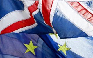 Η σημαία του Ηνωμένου Βασιλείου κυματίζει μαζί με αυτήν της Ε.Ε.