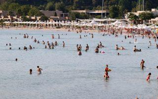 «Τα προηγούμενα χρόνια, στους 100 τουρίστες που έρχονταν στη Χαλκιδική οι 40 ήταν Ελληνες, φέτος το συγκεκριμένο ποσοστό μειώθηκε δραματικά, καθώς στους 100 τουρίστες μόνο οι 10 είναι Ελληνες», τονίζουν τουριστικοί παράγοντες της περιοχής.