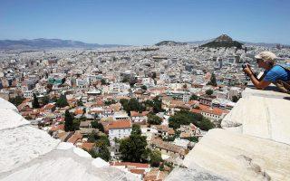Η Πλάκα, αρχοντική με το βάρος της Ιστορίας πάνω της, παραμένει η πιο ειδυλλιακή γειτονιά της Αθήνας.