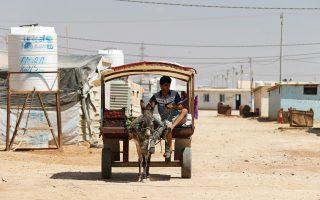 Σύρος πρόσφυγας που προσπαθεί να επιβιώσει πουλώντας φρούτα στον καταυλισμό Αλ Ζαατάρι, στην Ιορδανία.