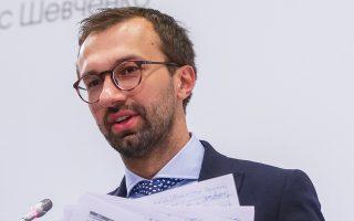 Ο βουλευτής  Σέργι Λετσένκο παρουσιάζει τα έγγραφα που υποδεικνύουν ότι ο Πολ Μάναφορ έλαβε τα χρήματα.