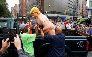 Το άγαλμα του Τραμπ φορτώνουν στην καρότσα ημιφορτηγού υπάλληλοι της υπηρεσίας πάρκων της Νέας Υόρκης.