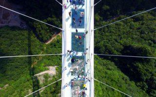 Η μακρύτερη και ψηλότερη. Το δάπεδό της είναι φτιαγμένο από κρύσταλλο δίνοντας στους διαβάτες μια συγκλονιστική θέα ανάμεσα στα βουνά της  Zhangjiajie στην επαρχία Hunan της Κίνας. Σύμφωνα με τους κατασκευαστές της είναι η μακρύτερη (εκτείνεται 430 μέτρα ανάμεσα στις κορυφές) και στέκει 300 μέτρα πάνω από το έδαφος. Η δυνατότητα επίσκεψης ξεκίνησε πιλοτικά για όσους δεν φοβούνται τα ύψη. Chinatopix via AP