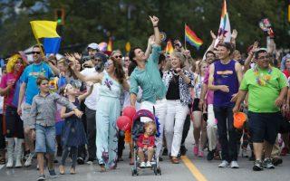 Είμαστε μαζί σας. Για άλλη μία φορά ο πρωθυπουργός του Καναδά επέδειξε πόσο αγκαλιάζει την ομοφυλόφιλη  κοινότητα της χώρας του. Έτσι, με αφορμή το Pride Parade  του Βανκούβερ σύσσωμη η οικογένεια Tudeau με πρώτο τον Justin, την σύζυγό του Sophie Gregoire, και τα παιδιά τους Xavier, Ella -Grace και Hardiern, έδωσαν το παρών. (Jonathan Hayward/The Canadian Press via AP)
