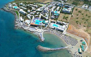 Ο εισηγμένος όμιλος Καράτζης που δραστηριοποιείται στον ξενοδοχειακό κλάδο από τις αρχές της δεκαετίας του 1980 με το ιδιόκτητο ξενοδοχείο 5 αστέρων Nana Beach, δυναμικότητας 1.400 κλινών, το οποίο βρίσκεται στη Χερσόνησο Κρήτης.