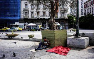 Εικόνα από την Αθήνα του Αυγούστου. Πρόσφυγας στην πλατεία Ομονοίας.