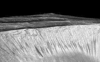 Αυλακώσεις στον κρατήρα Γκάρνι του Κόκκινου Πλανήτη.