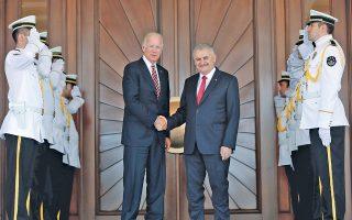 Ο Τούρκος πρωθυπουργός Μπιναλί Γιλντιρίμ (δεξιά) υποδέχεται τον Τζο Μπάιντεν, κατά τη χθεσινή επίσκεψη του Αμερικανού αντιπροέδρου στην Αγκυρα, την πρώτη μετά το αποτυχημένο πραξικόπημα της 15ης Ιουλίου.
