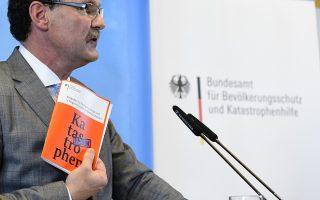 Το φυλλάδιο παρουσίασε ο επικεφαλής της υπηρεσίας Πολιτικής Προστασίας Κρίστοφ Ούνγκερ.