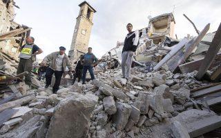 Σωστικά συνεργεία και κάτοικοι, στα ερείπια στην Αματρίτσε της κεντρικής Ιταλίας. Το ιστορικό κέντρο της πόλης, που χρονολογείται από τον Μεσαίωνα, έχει καταστραφεί πλήρως.