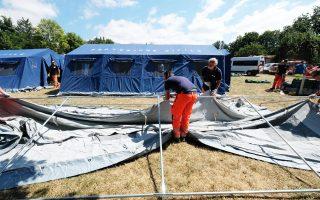 Εθελοντές στήνουν σκηνές ώστε να μείνουν προσωρινά οι σεισμόπληκτοι.
