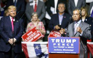 Την ομιλία του Νάιτζελ Φάρατζ ακούει με προσοχή ο Ντόναλντ Τραμπ, στη σκηνή του «Κολοσσέο»του Μισισίπι στο Τζάκσον.