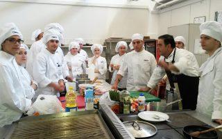 Το πρόγραμμα διττής εκπαίδευσης στον κλάδο των τουριστικών επιχειρήσεων απευθύνεται σε αποφοίτους λυκείου, οι οποίοι έχουν καλή γνώση ξένων γλωσσών.