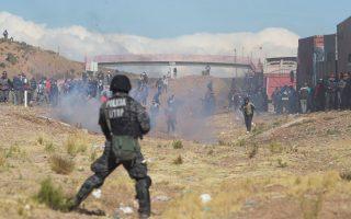 Σκηνές μάχης μεταξύ απεργών ανθρακωρύχων και αστυνομίας στην πόλη Παντούρο της Βολιβίας. Την Πέμπτη, ο αναπληρωτής υπουργός Εσωτερικών της χώρας, Ροδόλφο Ιγιάνες, αιχμαλωτίσθηκε από απεργούς, οι οποίοι τον βασάνισαν και τον ξυλοκόπησαν μέχρι θανάτου.
