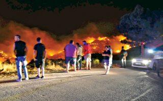 Πολλές εστίες πυρκαγιάς ξέσπασαν χθες σε ολόκληρη τη χώρα, με πιο πρόσφατη εκείνη στην περιοχή Σουσάκι Αγίων Θεοδώρων Αττικής. Σοβαρότερη χαρακτηρίζεται η πυρκαγιά στη Χίο (φωτ.), που μαινόταν σε δύο μέτωπα, στο βόρειο τμήμα του νησιού· εισήλθε στη Σιδηρούντα, εγκλωβίζοντας τέσσερις κατοίκους του χωριού, τρεις γυναίκες και έναν άντρα. Οι τρεις γυναίκες μεταφέρθηκαν στην Αθήνα, όπου νοσηλεύονται, η μία σε κρίσιμη κατάσταση.