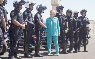 Με άνδρες της τροχαίας του Ρίνο στη Νεβάδα, οι οποίοι συνόδευσαν την πομπή των οχημάτων της, συνομίλησε μετά την άφιξή της στην πόλη η υποψήφια των Δημοκρατικών, Χίλαρι Κλίντον.